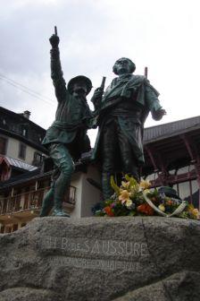Homenagem a Horace Bénédict de Saussure, naturalista e geólogo suíço, que viveu no séc. XVIII. É considerado como o fundador do alpinismo.