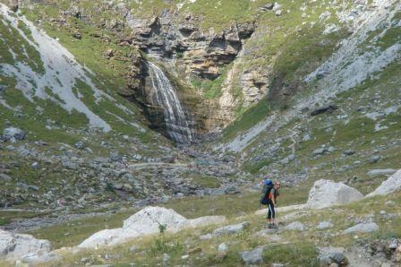 A ponta do vale com a cascata Cauda de Cavalo como cenário