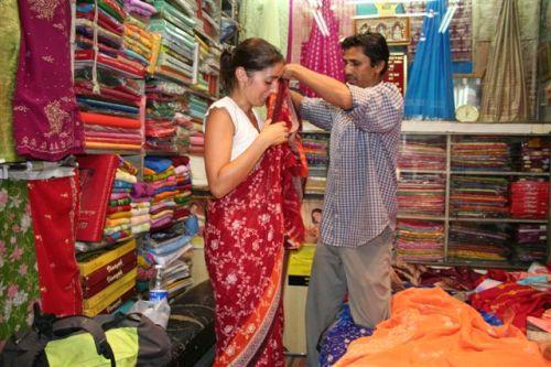 A Ana a experimentar um sari (Paharganj Area  - Delhi)