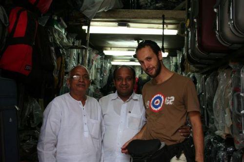 O Sérgio com os senhores onde compramos as mochilas e mais tarde outra mala (Paharganj Area – Delhi)