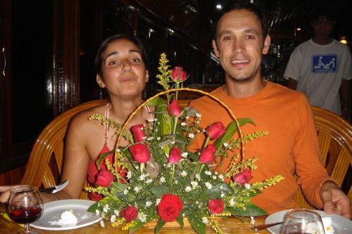 O bolo e o cesto de rosas que a tripulação nos ofereceu