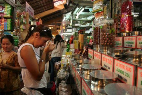 A comprar chá, no mercado em Ho Chi Minh