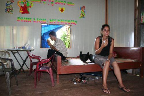 A Ana, na oficia, a beber um chá enquanto esperávamos que o furo fosse remendado