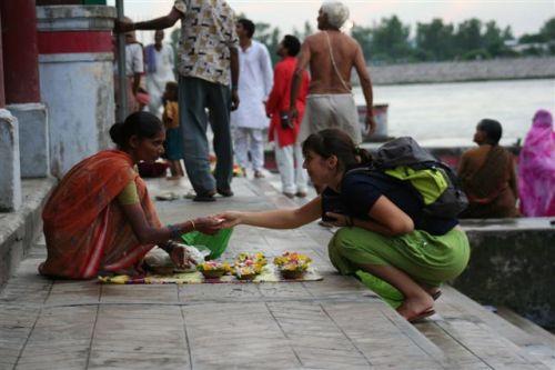 A comprar oferendas para os rituais religiosos