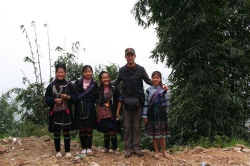 O Sérgio com  algumas mulheres de etnia H'mong