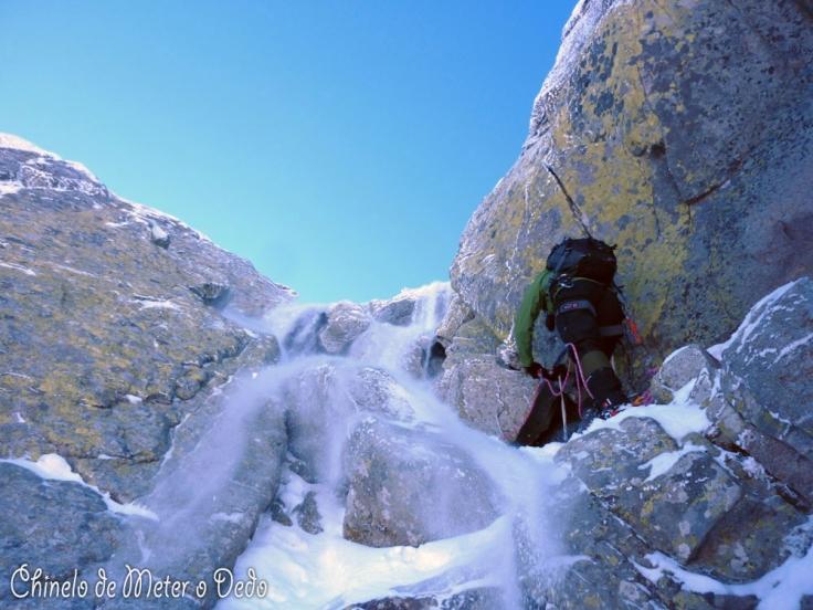 Procurem o Alcino por de baixo da cascata de neve!