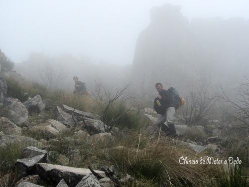No meio da chuva e nevoeiro, o penoso caminho até à base das vias